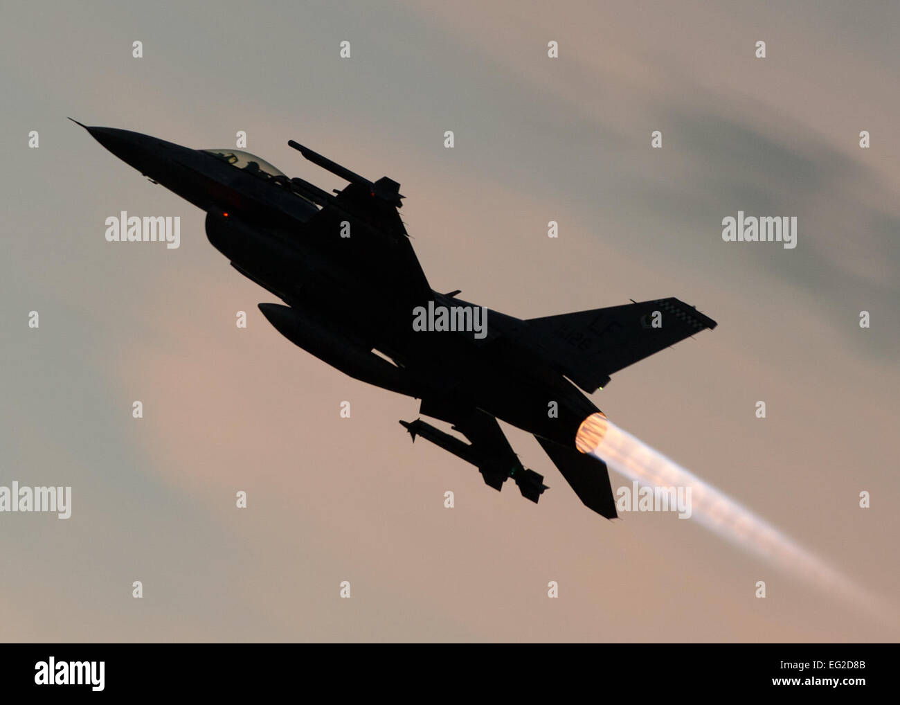 An F-16 Fighting Falcon takes off for a training sortie over the White Sands Missile Range's 10,000 square mile - Stock Image
