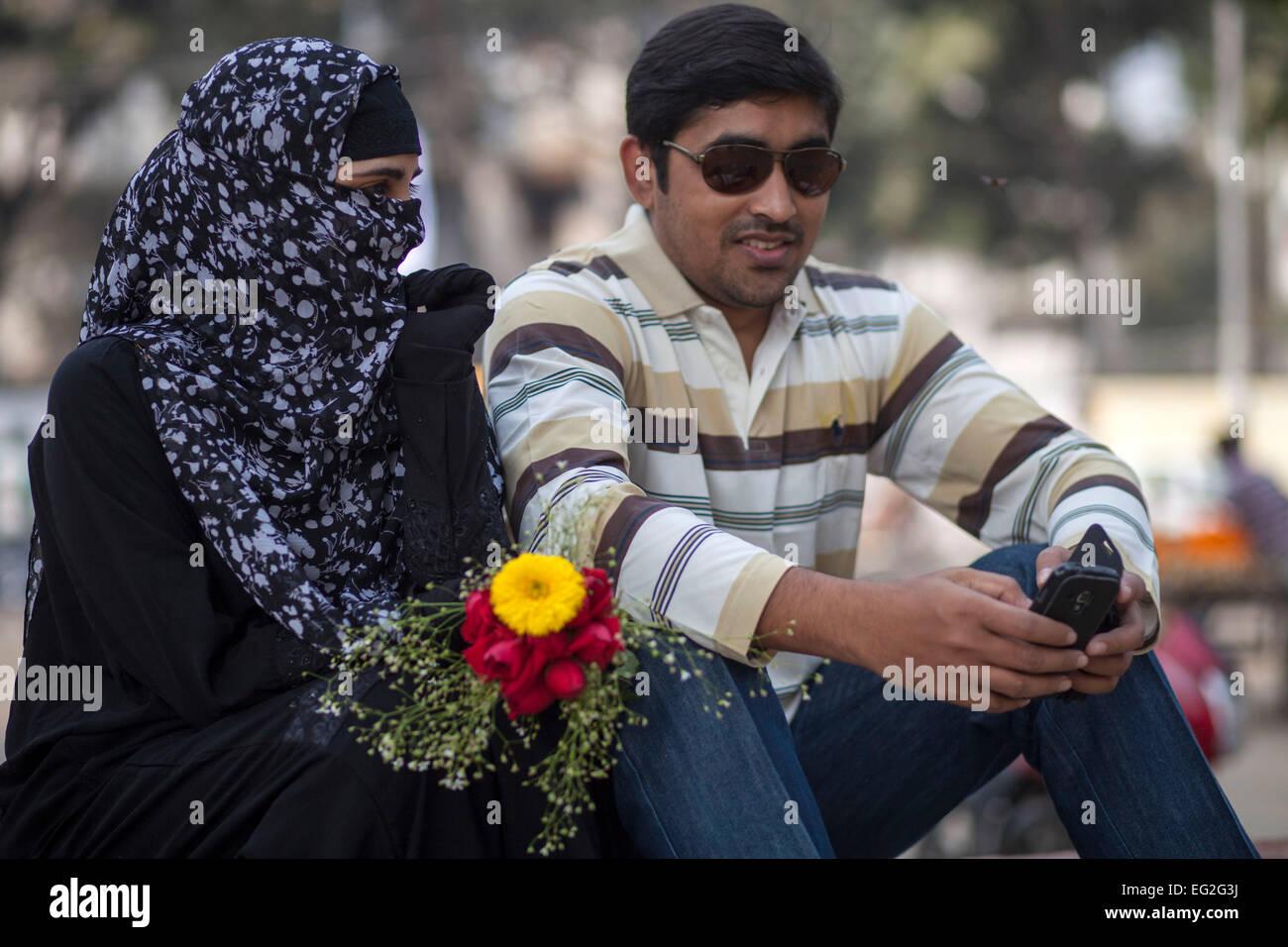 Dhaka bangladesh 14th feb 2015 a couple in a park to celebrate valentines day credit zakir hossain chowdhury zakir alamy live news