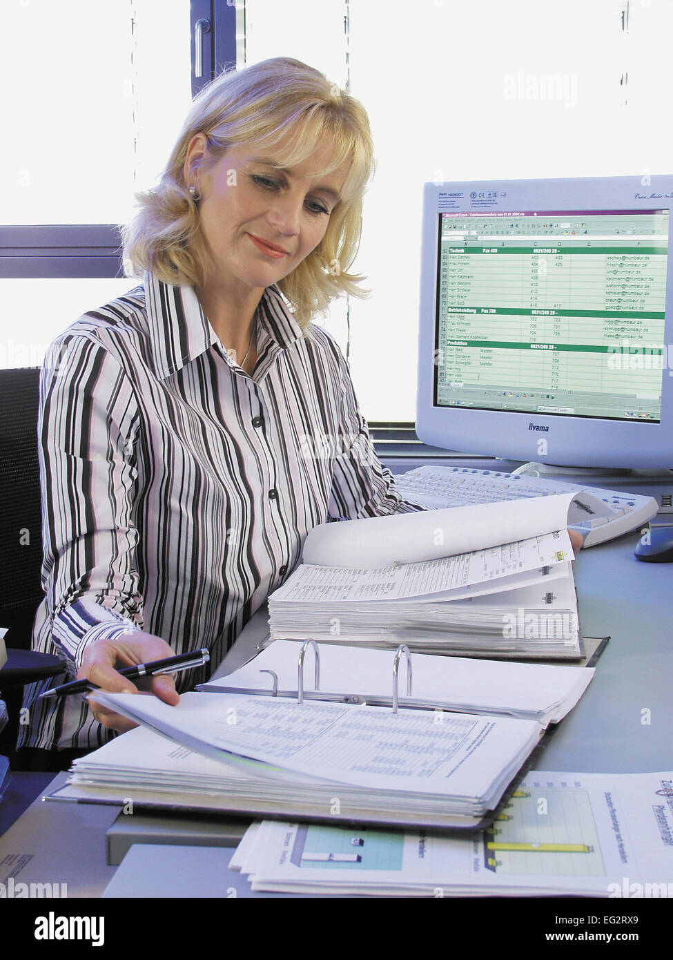 Frau Unterlagen Akten Angestellte Buero Chefin Bueroangestellte Business Dokumente Durchlesen Durchsehen Geschaeftsfrau Stock Photo