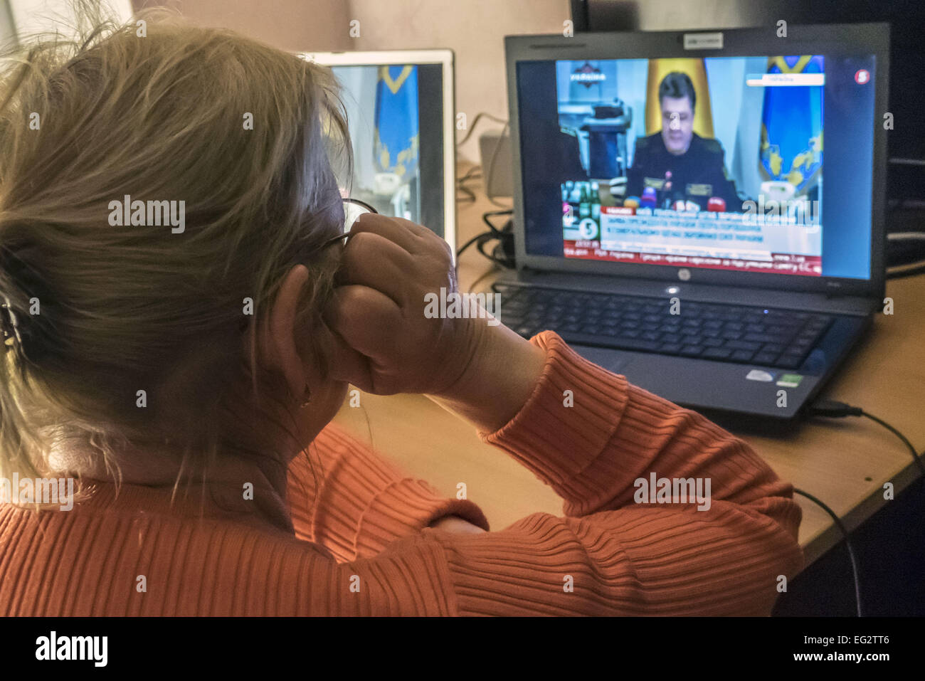 Women are temporary migrant from Lugansk, looking, in a rented apartment, the broadcast appeal of the President - Stock Image