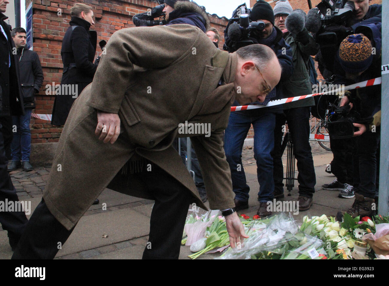 Denmark, Copenhagen. 15th Feb, 2015. French Interior Minister Bernard Cazeneuve lays flowers in front of at the - Stock Image