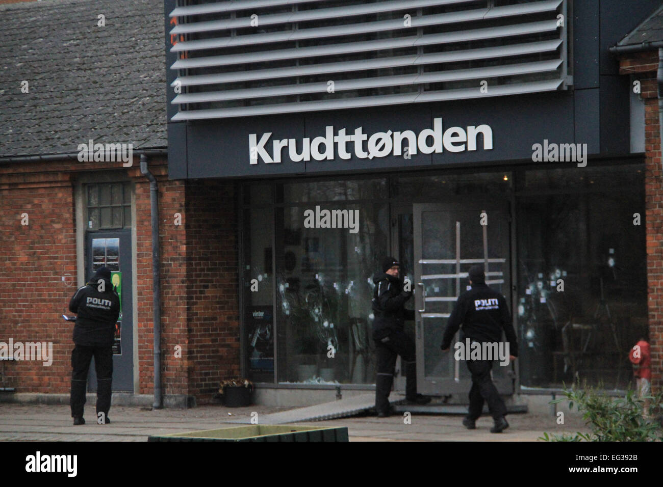 Denmark, Copenhagen. 15th Feb, 2015. Danish policemen stand guard at the cultural center Krudttoenden, where a man - Stock Image