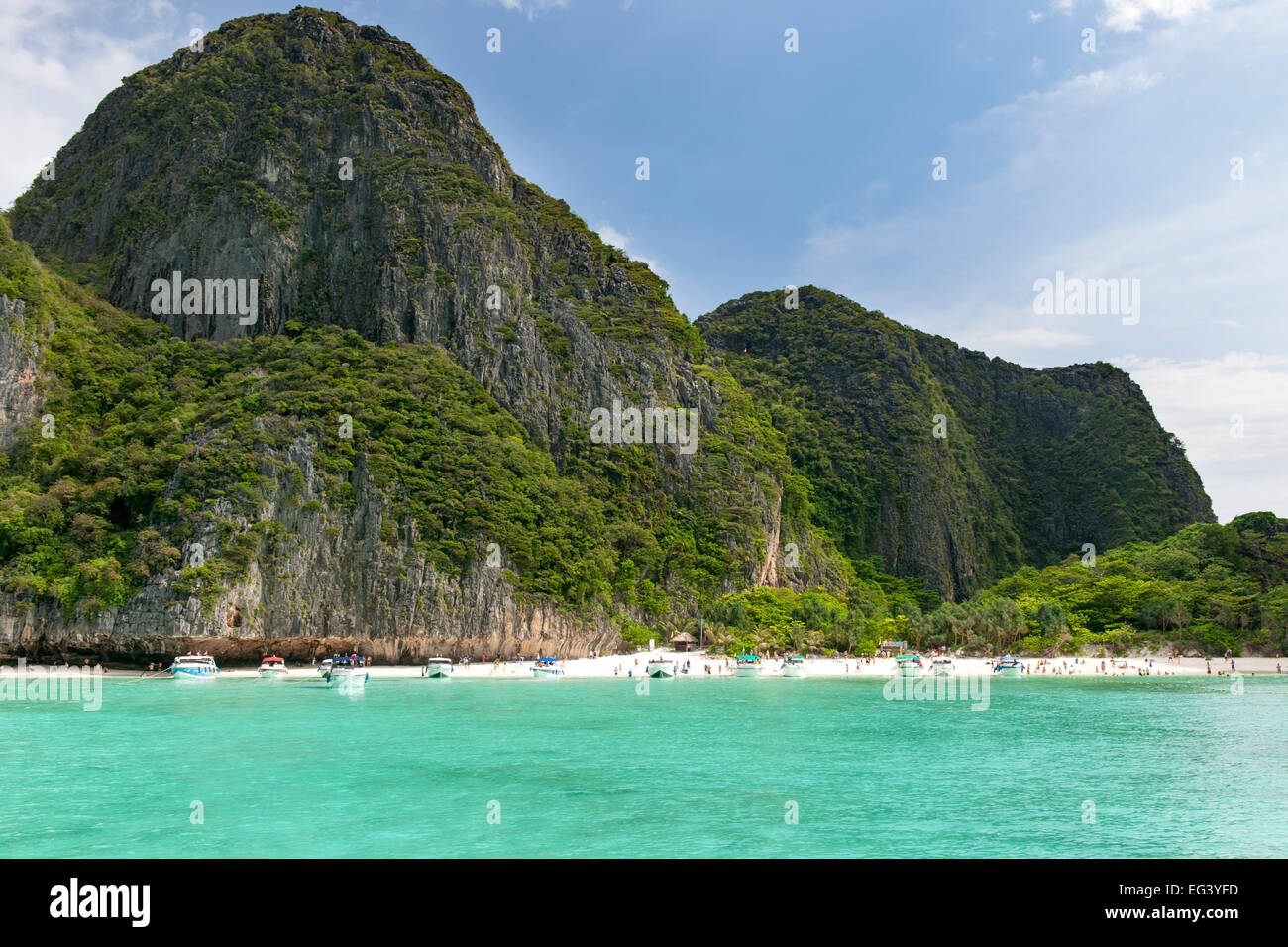 Maya Bay beach and tourists, Koh Phi Phi Ley island, Thailand. - Stock Image