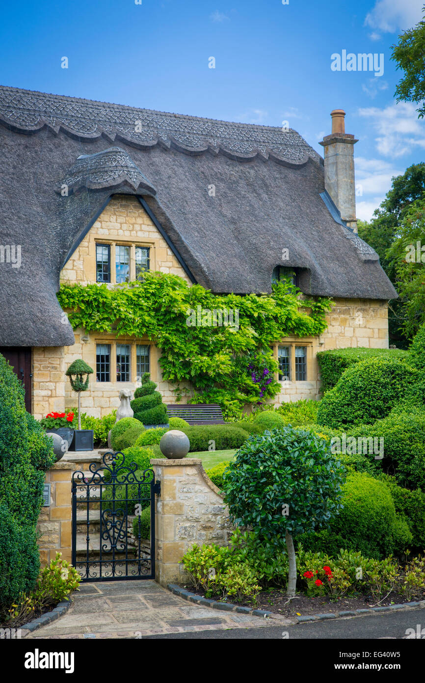 Thatched roof cottage in Chipping-Campden, Gloucestershire, England - Stock Image