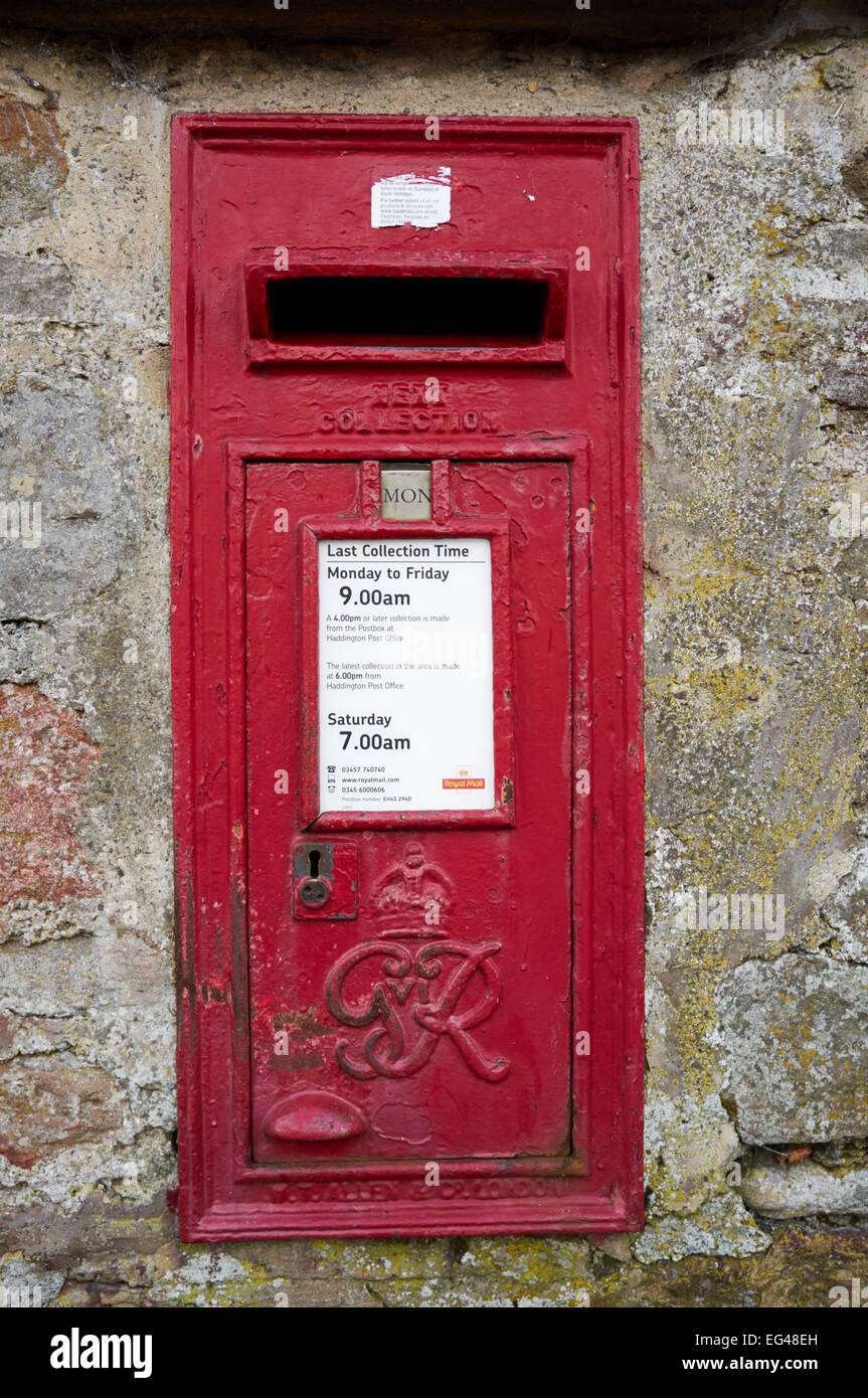 POST BOX IN STONE WALL, HADDINGTON, SCOTLAND, RED - Stock Image
