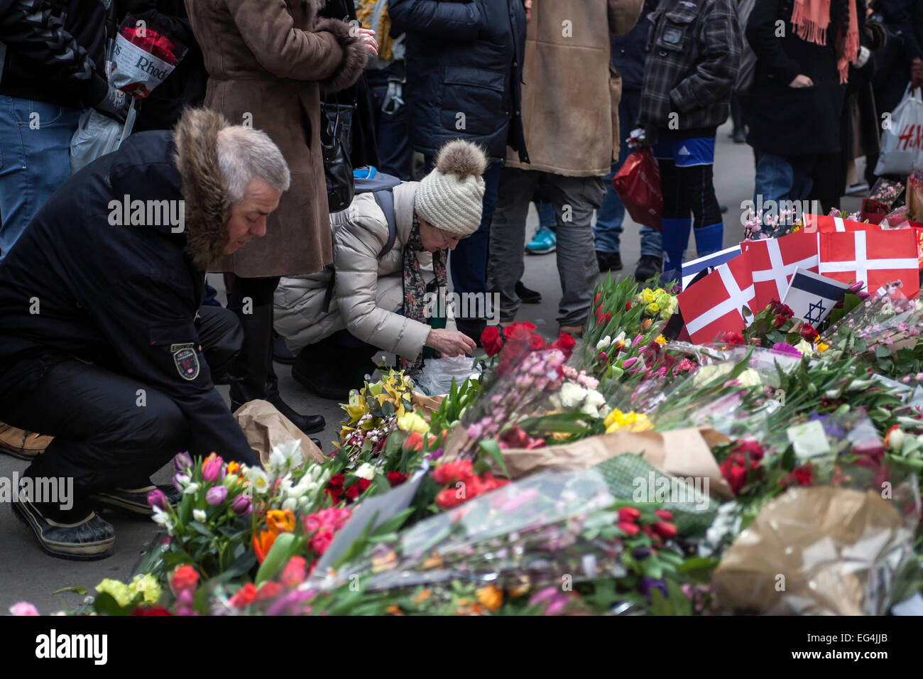 Copenhagen denmark 16th february 2015 copenhageners is laying copenhageners is laying flowers in front of the jewish synagogue in copenhagen in sympathy with the murdered dan uzan and the citys jewish community izmirmasajfo
