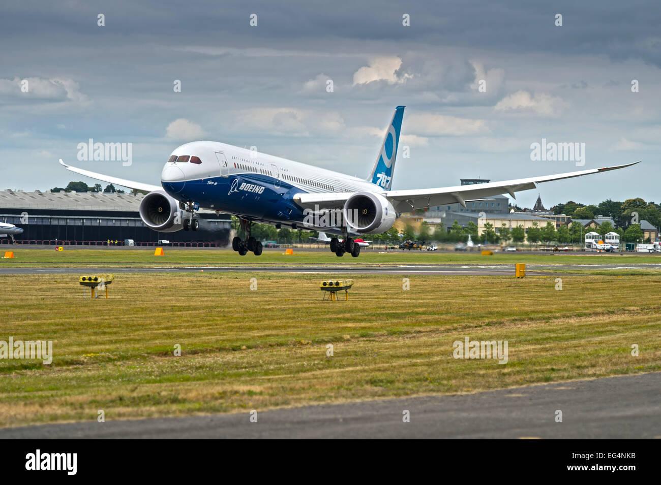 Boeing 787 landing at Farnborough - Stock Image