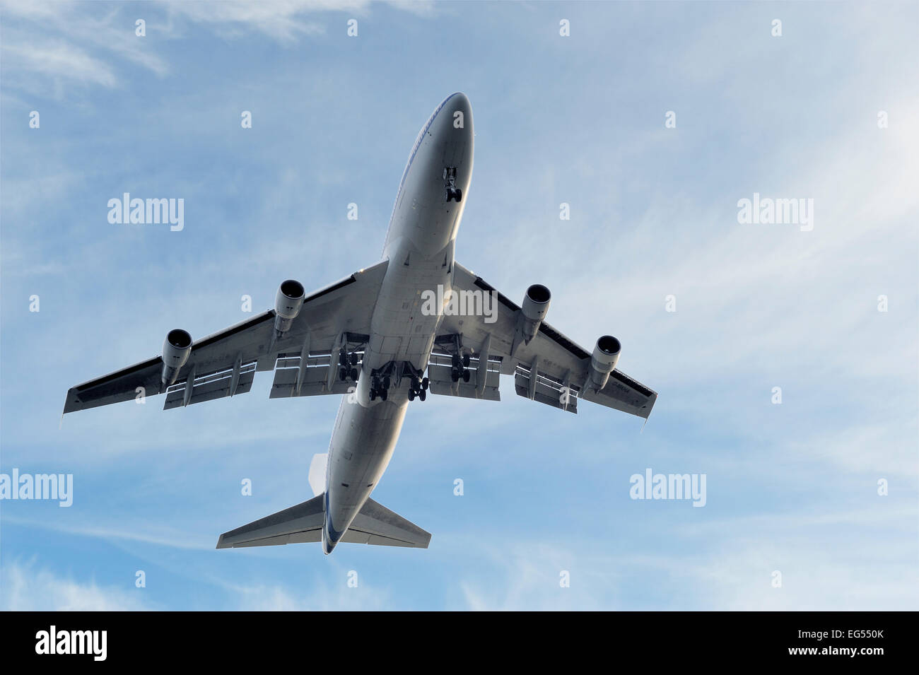 low flying jumbo jet boeing 747 Stock Photo