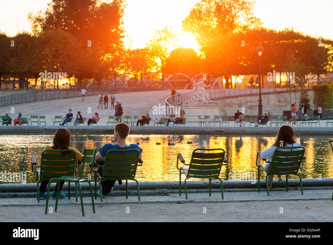 Paris, People relaxing in jardin des tuileries - Stock Image