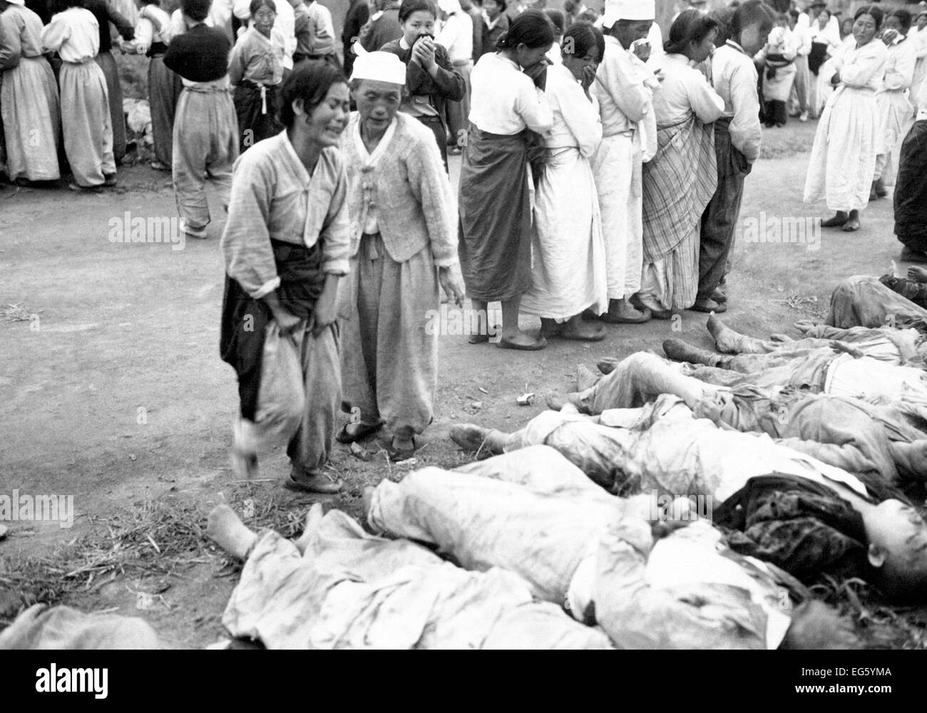 KOREAN WAR Families from Hamhung in north east Korea identifying bodies of some 300 political prisoners killed by - Stock Image