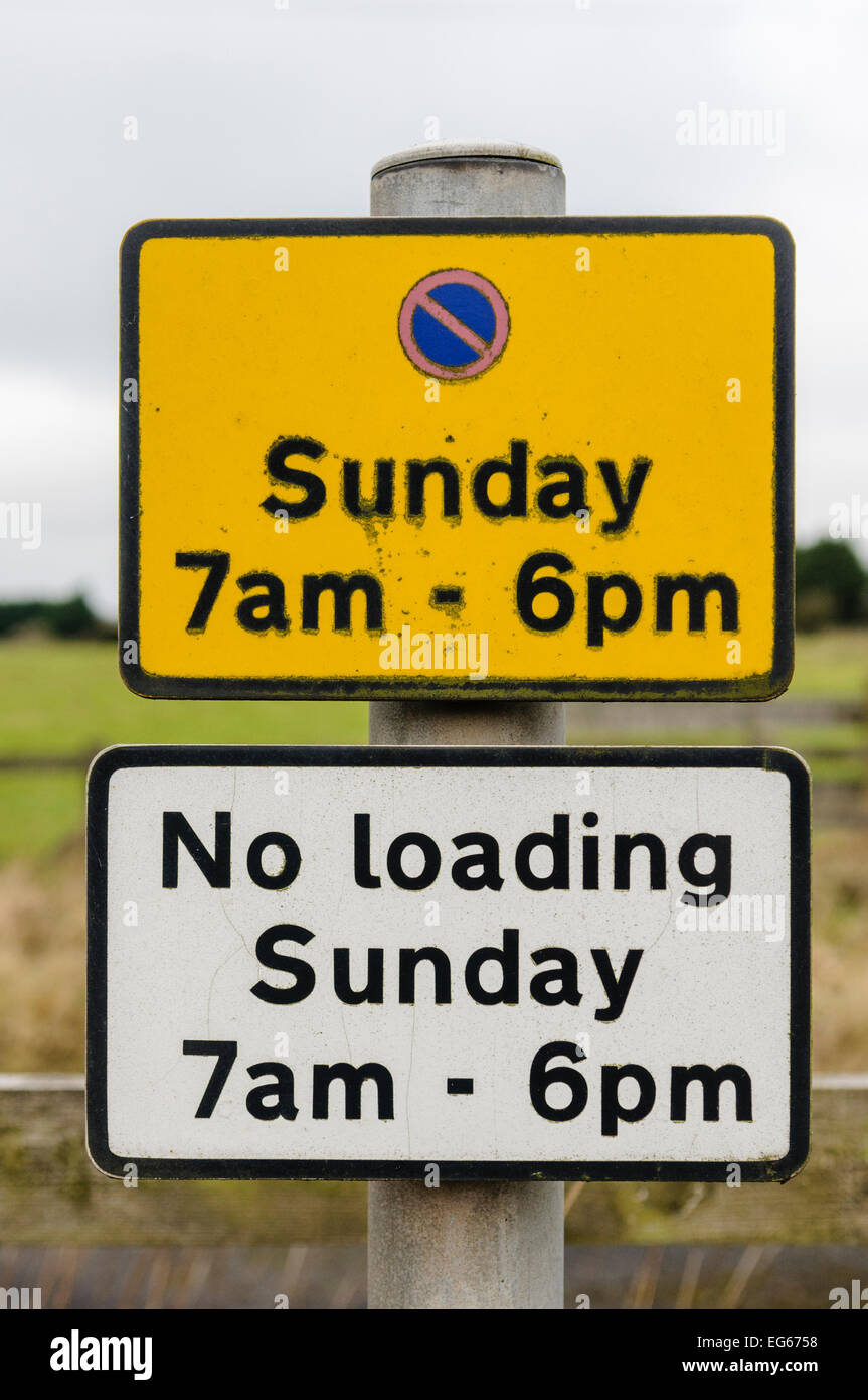 Sign advising motorists that there is no parking in this area on Sundays from 7am to 6pm. - Stock Image