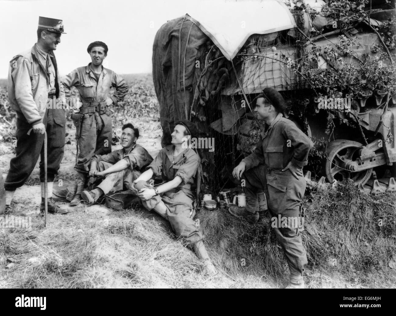 General Jacques-Philippe Leclerc (left) talks with French soldiers during the Battle of Normandy. July-August 1944, - Stock Image