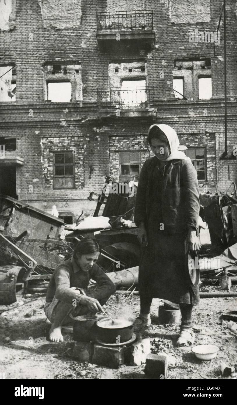 Soviet (Russian) civilians cooking in the ruins of Stalingrad. The 'Hero City' was in ruins in Nov. 1944, - Stock Image