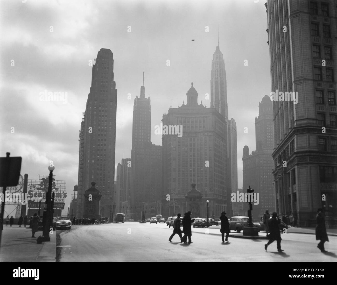 Mid-century Chicago, looking down Michigan Avenue, 1951. Buildings shown are (L-R) #333 No. Michigan Avenue; Carbon - Stock Image