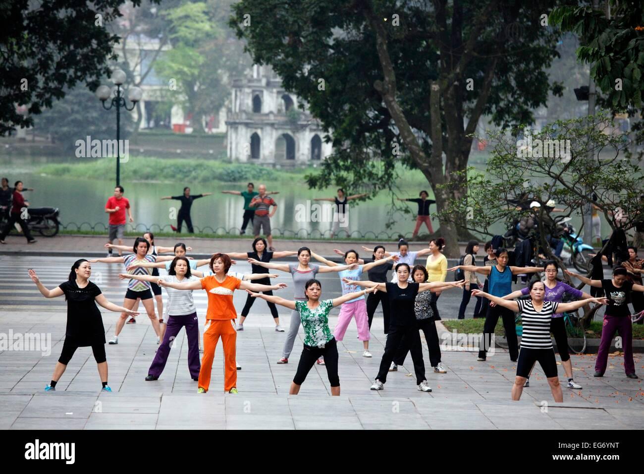 Early-morning exercise at Hoan Kiem Lake in Hanoi, Vietnam. - Stock Image