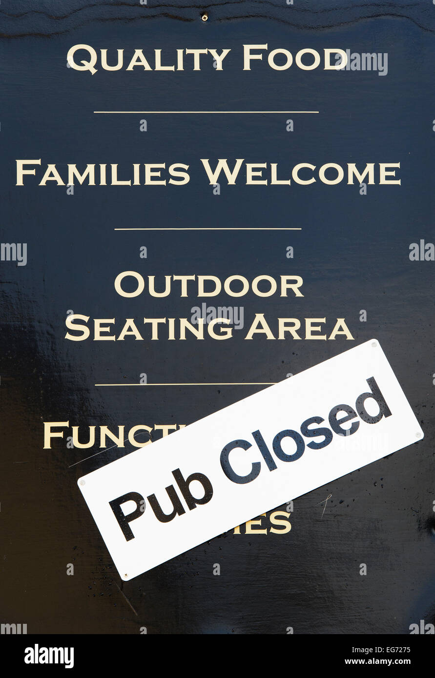 Pub closed sign on a pub sign. Clifton, Oxfordshire, England - Stock Image
