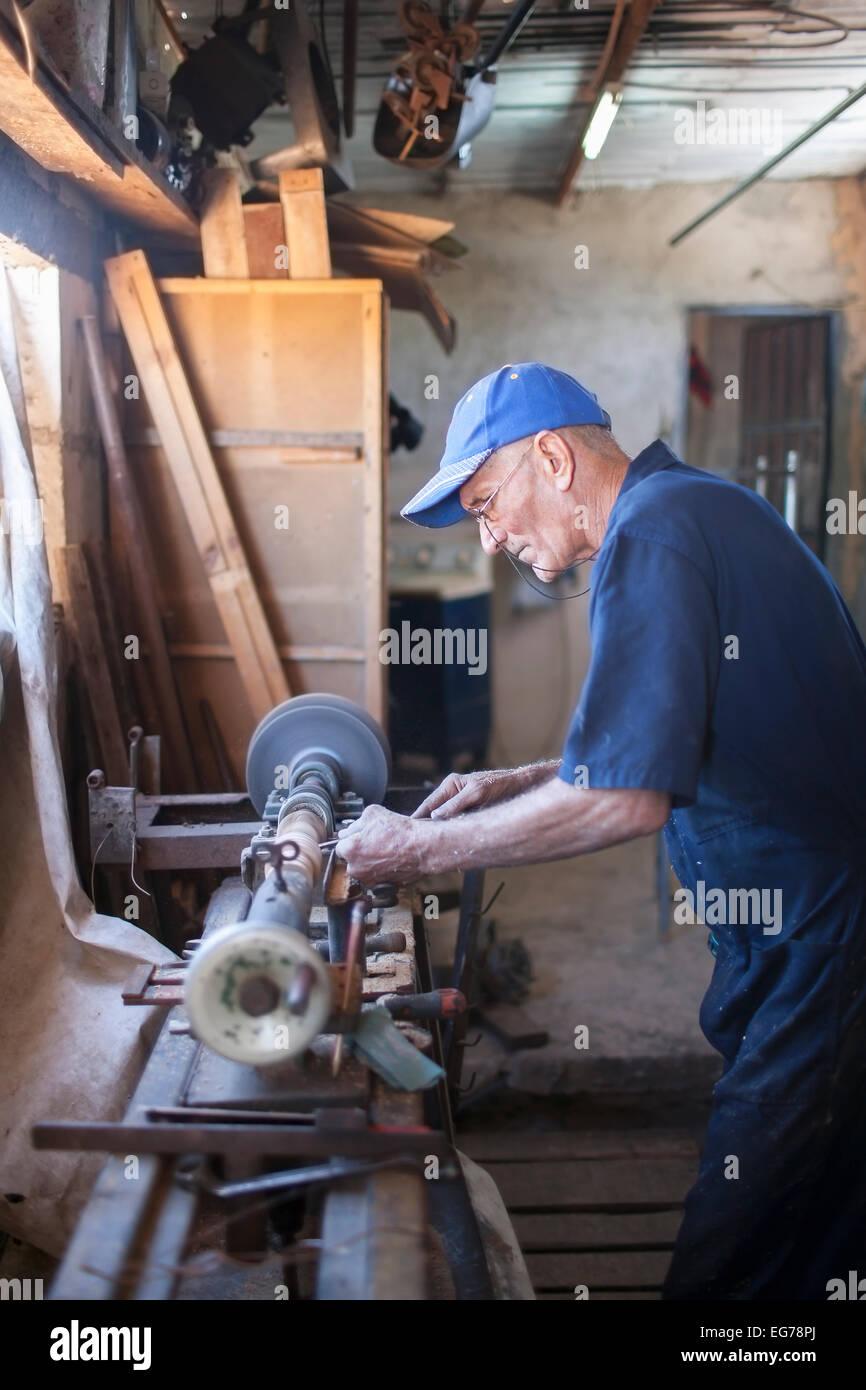 Cuba, Matanzas, Jaguey Grande, woodworker at his workshop - Stock Image