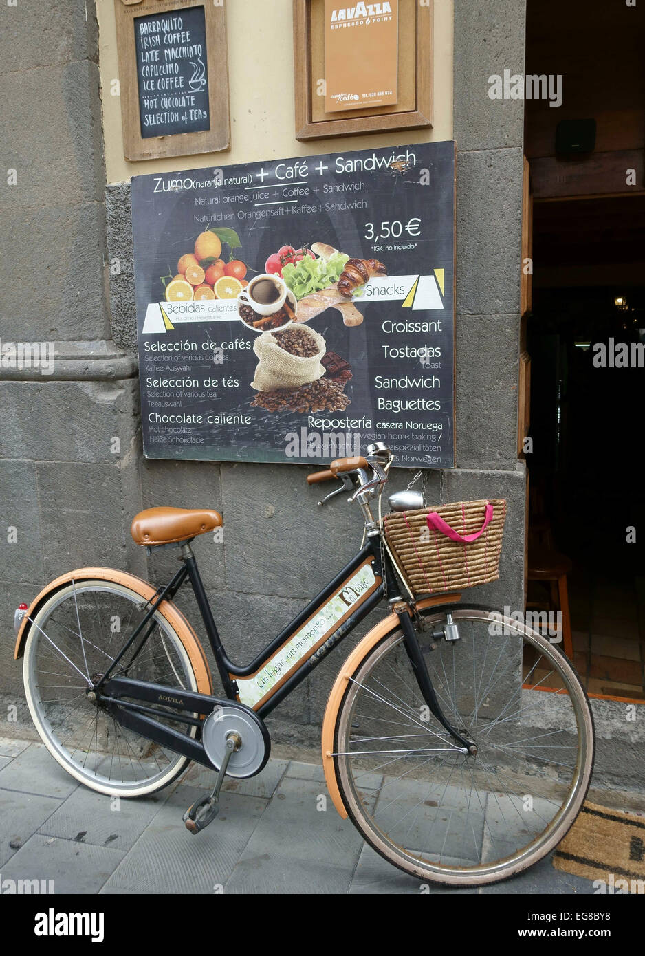 Old Bicycle Outside Restaurant Stock Photos & Old Bicycle Outside ...