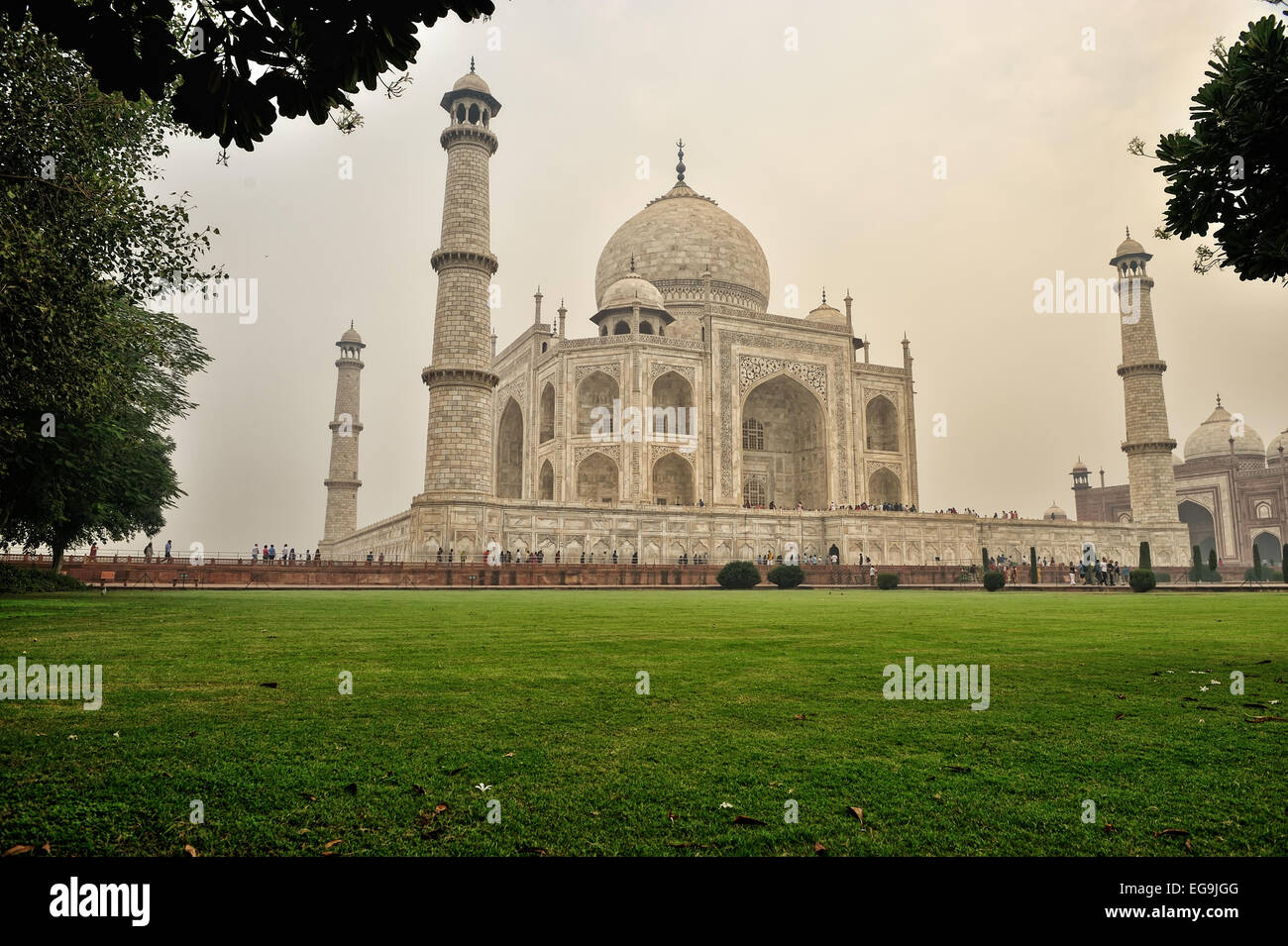 Today, some 3 million people a year (or around 45,000 a day during peak tourist season) visit the Taj Mahal - Stock Image