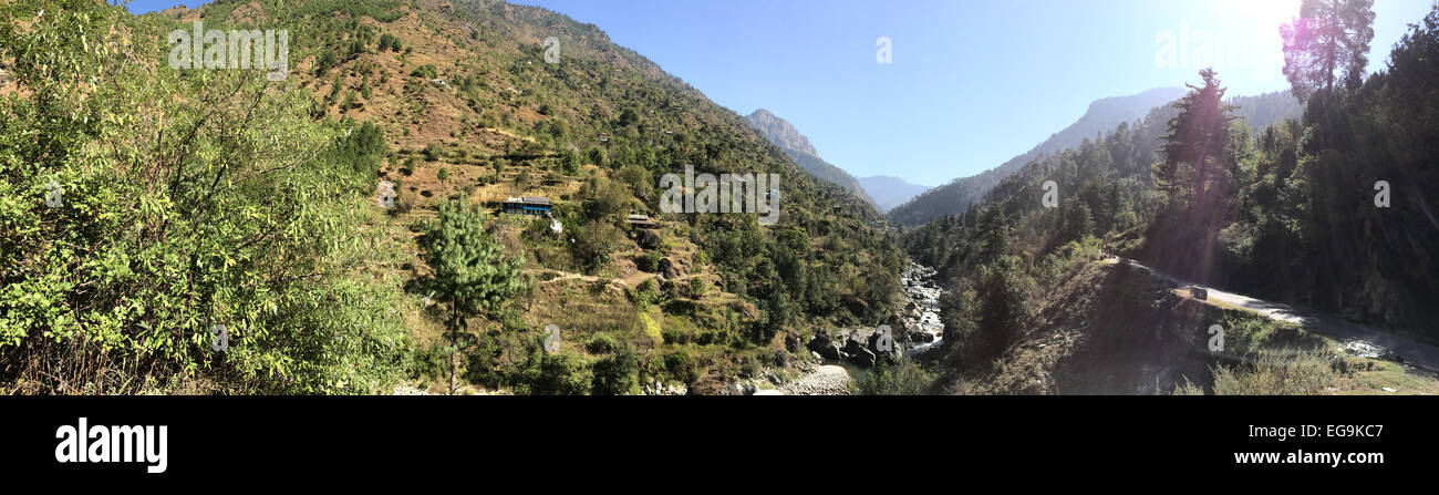 India, Himachal Pradesh, Tirthan Valley, Valley between wooded mountains - Stock Image