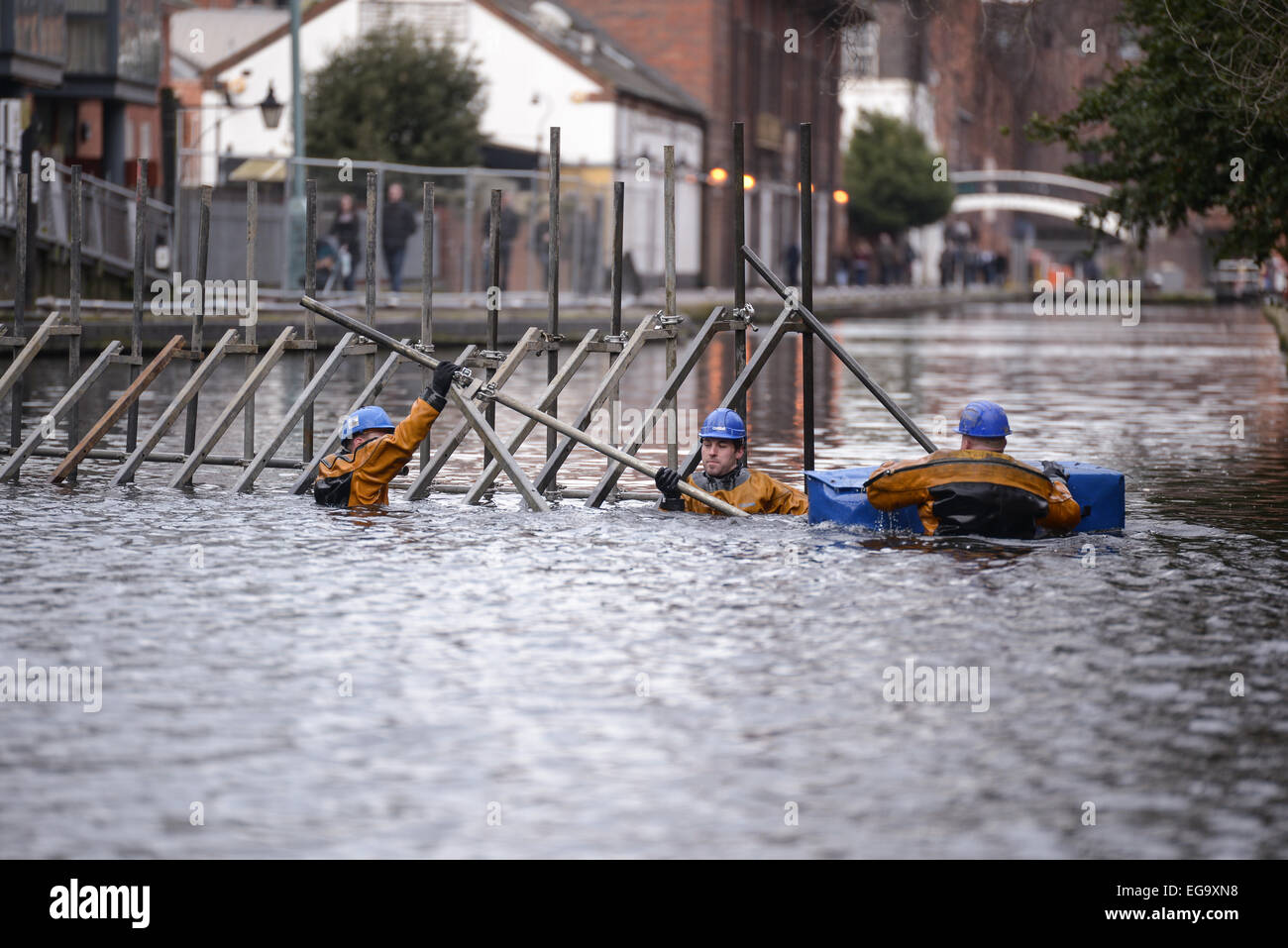 Birmingham, UK. 20th February, 2015. Canal & River Trust contractors create a dam inside the Birmingham canal - Stock Image