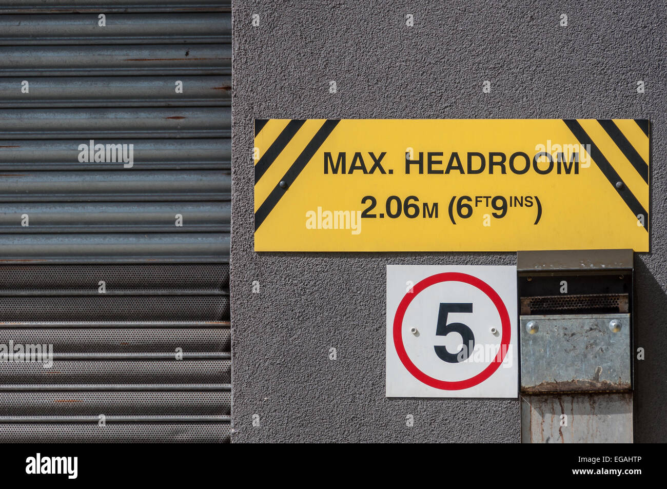 Maximum headroom warning sign for motorists - Stock Image