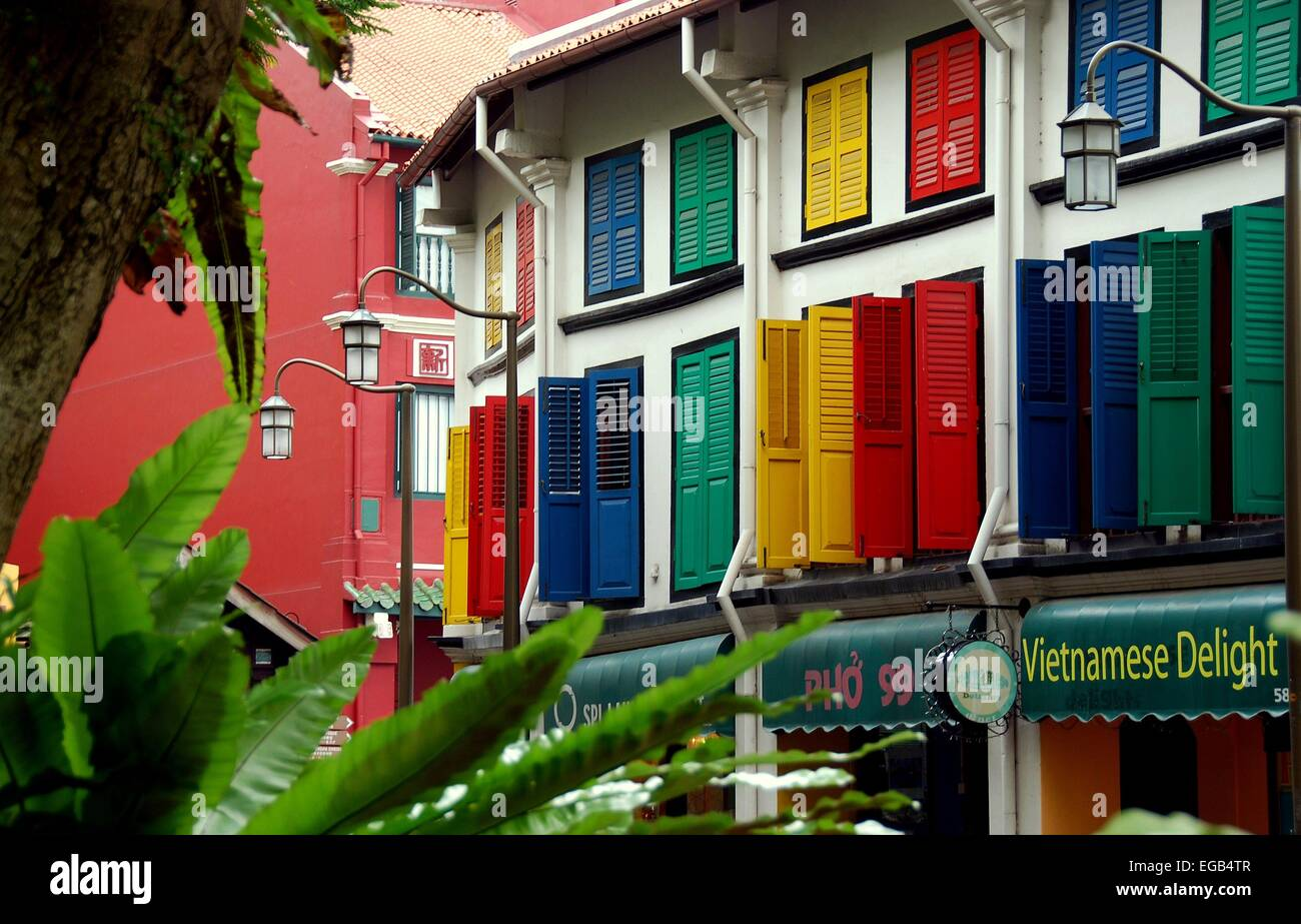 Singapore: Restored Chinese shop houses with colourfully painted wooden shutters on Amoy Street in Chinatown - Stock Image
