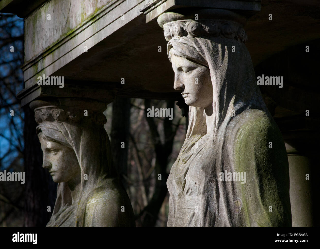 Grieving stone angel sculptures on grand tomb, Stahnsdorf Cemetery near Berlin - Stock Image