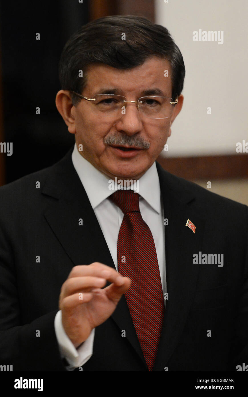 (150222) -- ANKARA, Feb. 22, 2015 (Xinhua) -- Turkish Prime Minister Ahmet Davutoglu speaks about the military evacuation - Stock Image