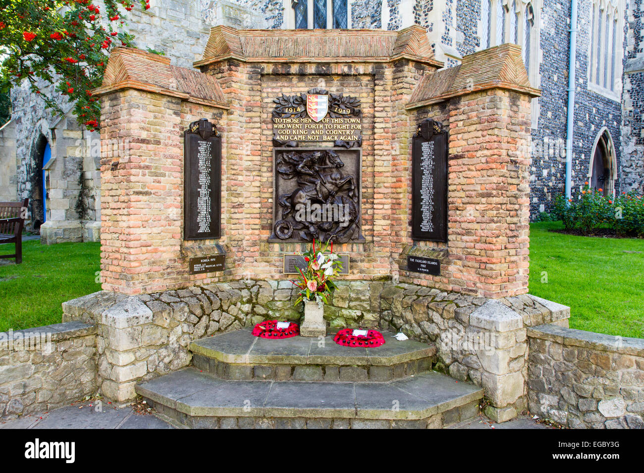 England, Sandwich. Village war memorial with poppy wreaths - Stock Image