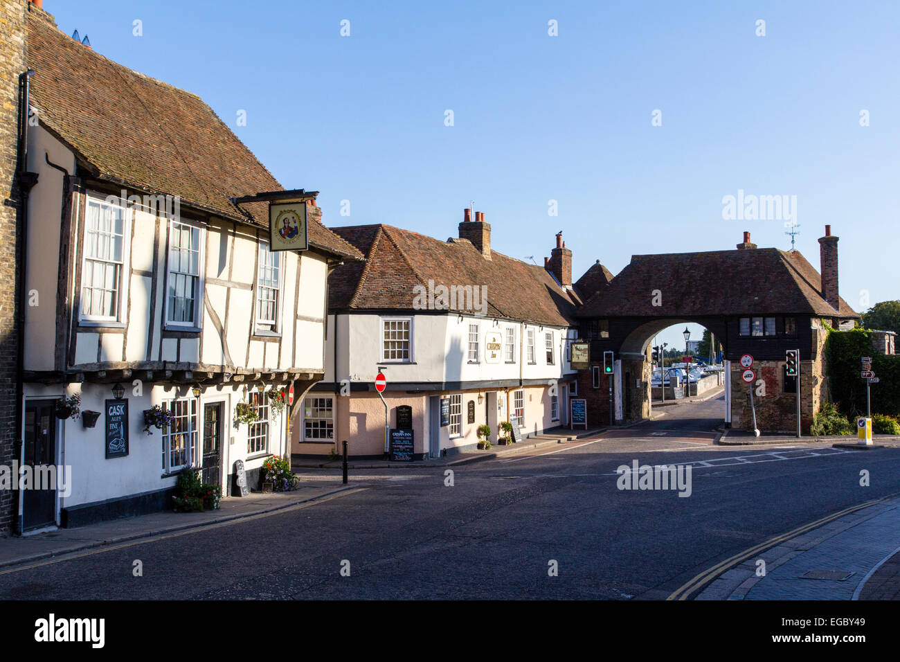 England, Sandwich. The Admiral Owen pub and Crispin pub, 15th century buildings with the Barbican, Davis Gate. - Stock Image