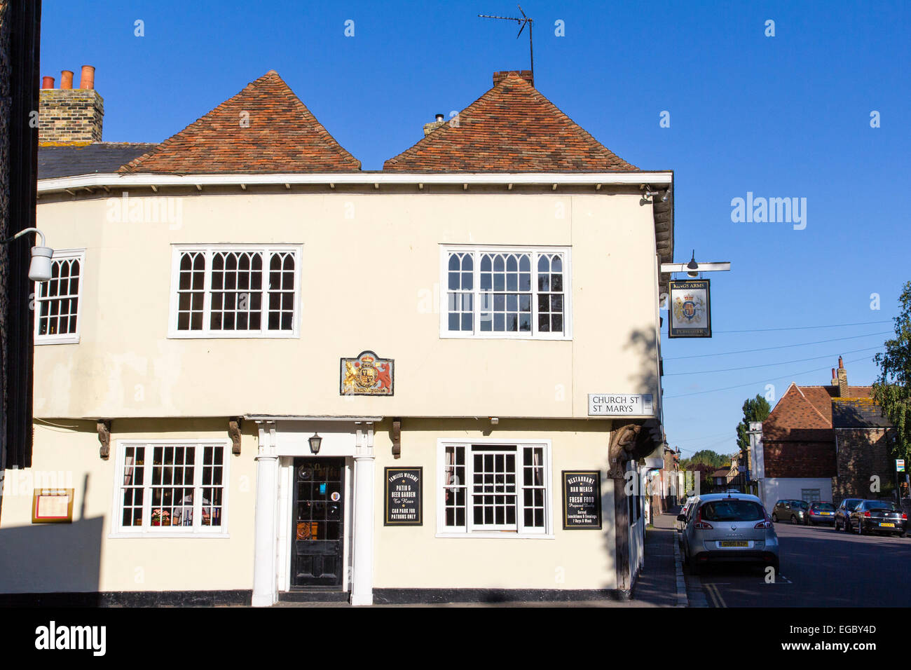 England, Sandwich. The King's Arms Public house, with coat of arms above door, 1592. Strand Street - Stock Image