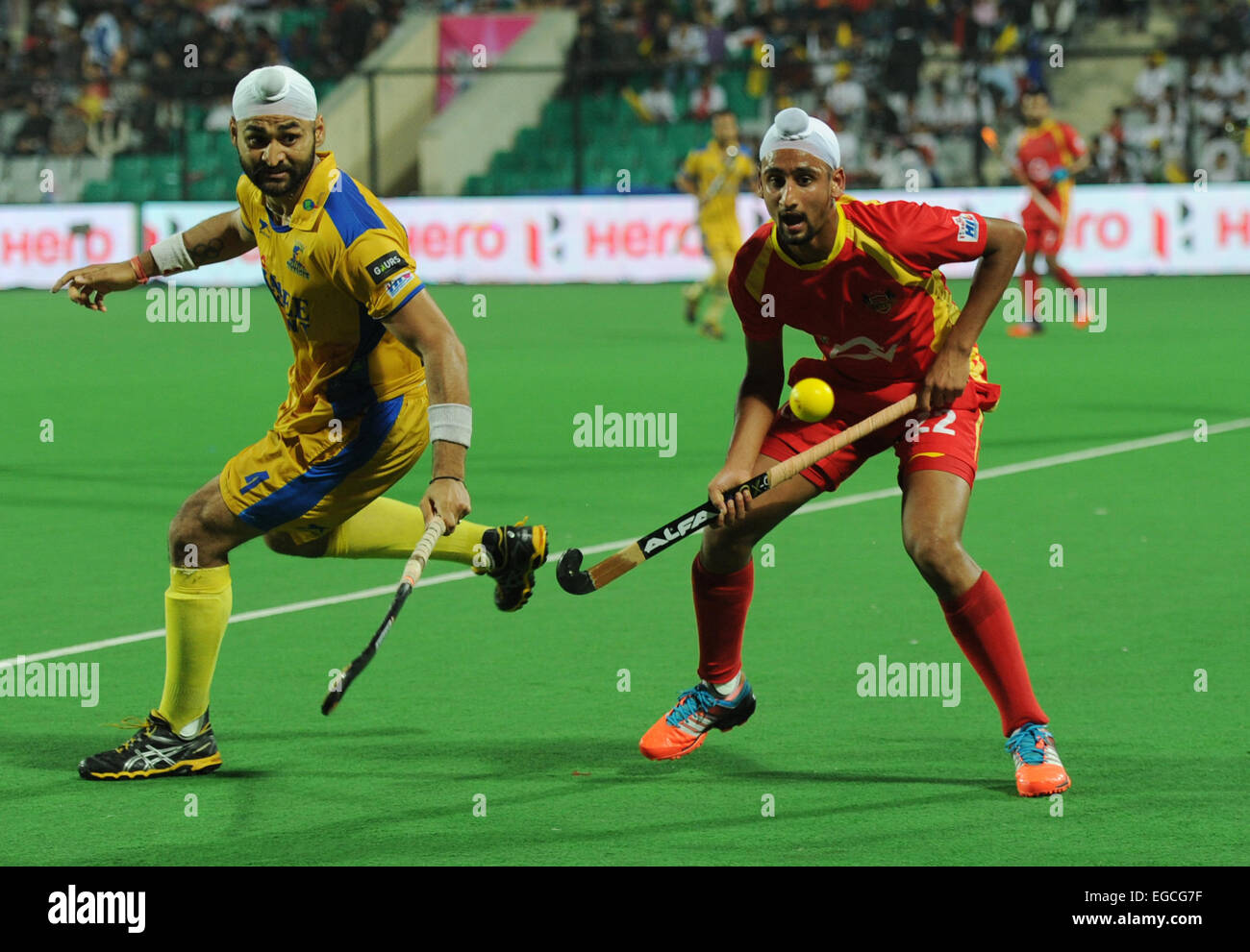 New Delhi, India. 22nd Feb, 2015. Mandeep Singh (R) of Ranchi Rays and Sandeep Singh of Punjab Warriors fight for - Stock Image
