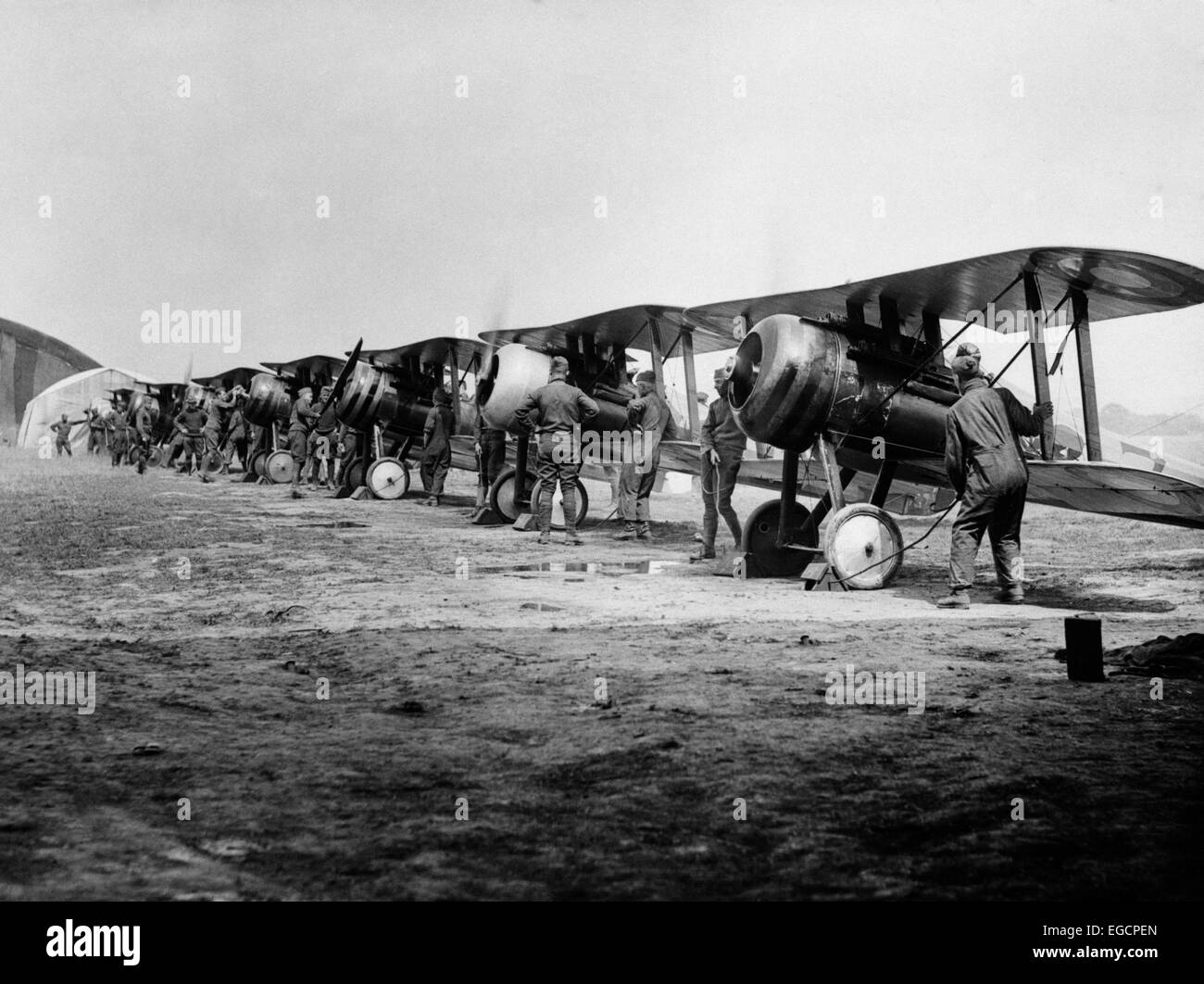 1918 FLIGHT LINE OF AMERICAN EXPEDITIONARY FORCE PILOTS AND SOPWITH CAMEL WWI BIPLANES - Stock Image