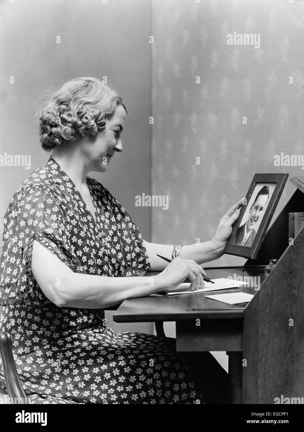 Essay 1940 S Fashion: Housewife 1940s Stock Photos & Housewife 1940s Stock