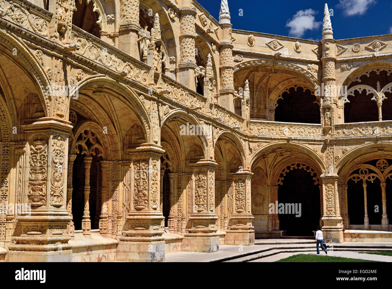 Portugal, Lisbon: Interior view of Patio and Cloister of World Heritage monastery Mosterio dos Jeronimos in Belém - Stock Image