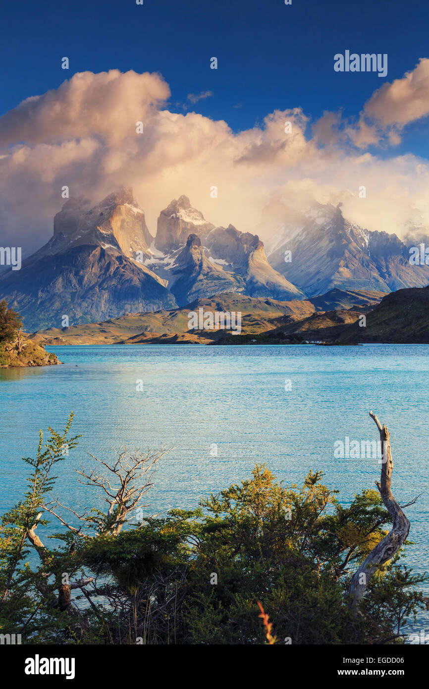Chile, Patagonia, Torres del Paine National Park (UNESCO Site), Cuernos del Paine peaks and Lake Pehoe - Stock Image