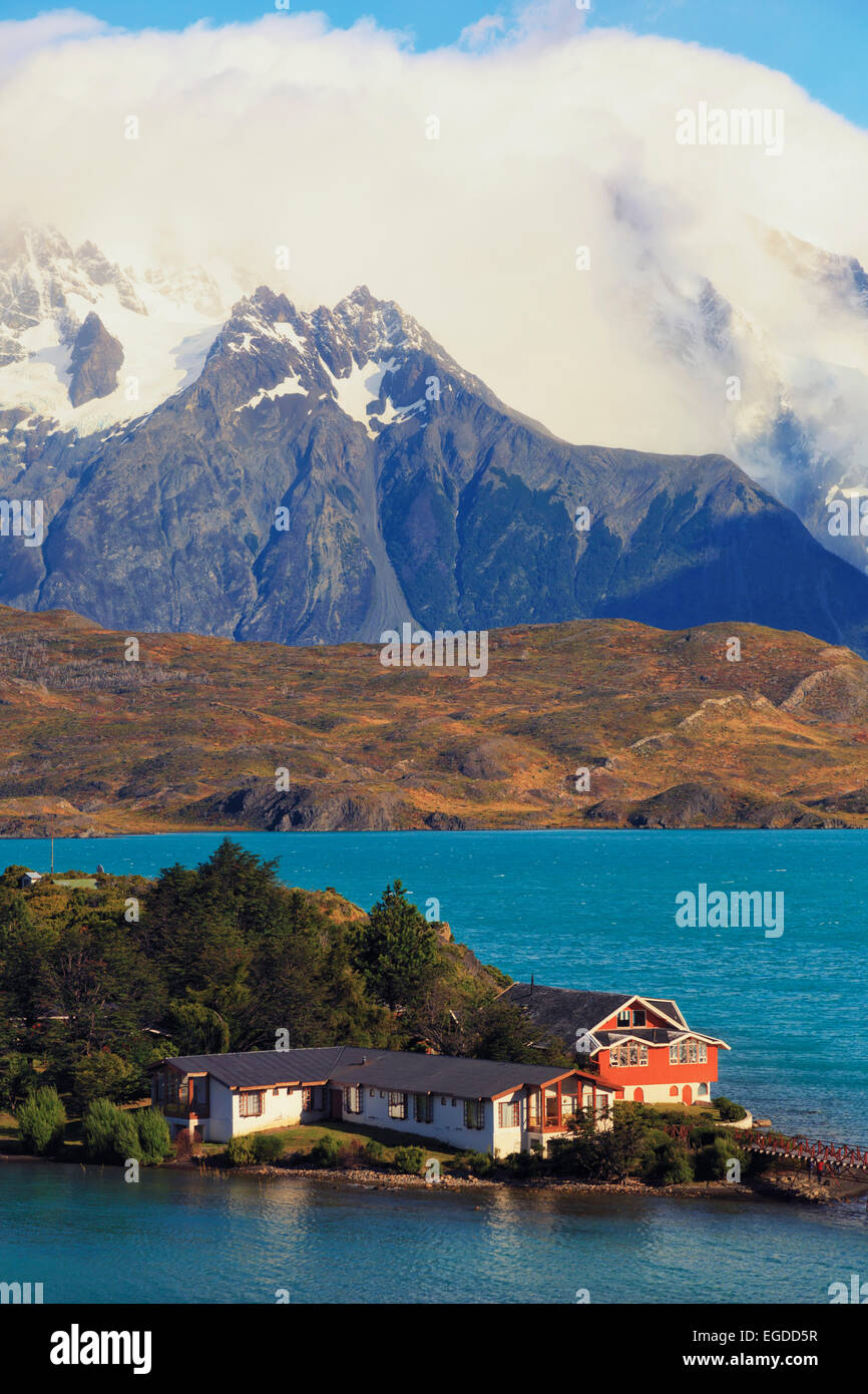 Chile, Patagonia, Torres del Paine National Park (UNESCO Site), Cuernos del Paine peaks and Hosteria Pehoe Historic - Stock Image