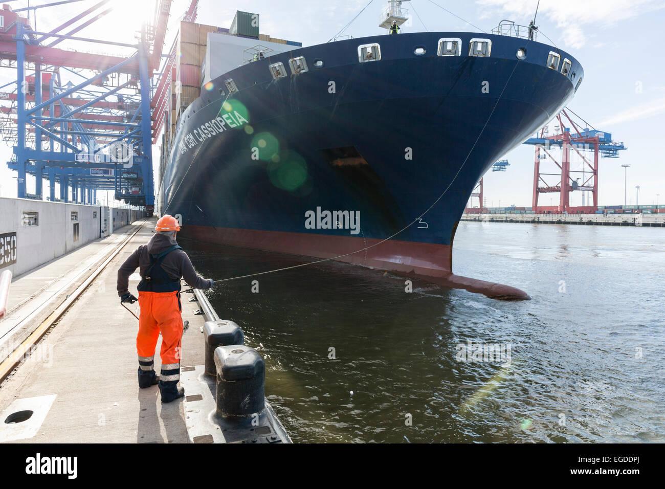 Worker fixed the mooring line of CMA CGM Cassiopeia in Hamburg, Burchardkai, Hamburg, Germany - Stock Image