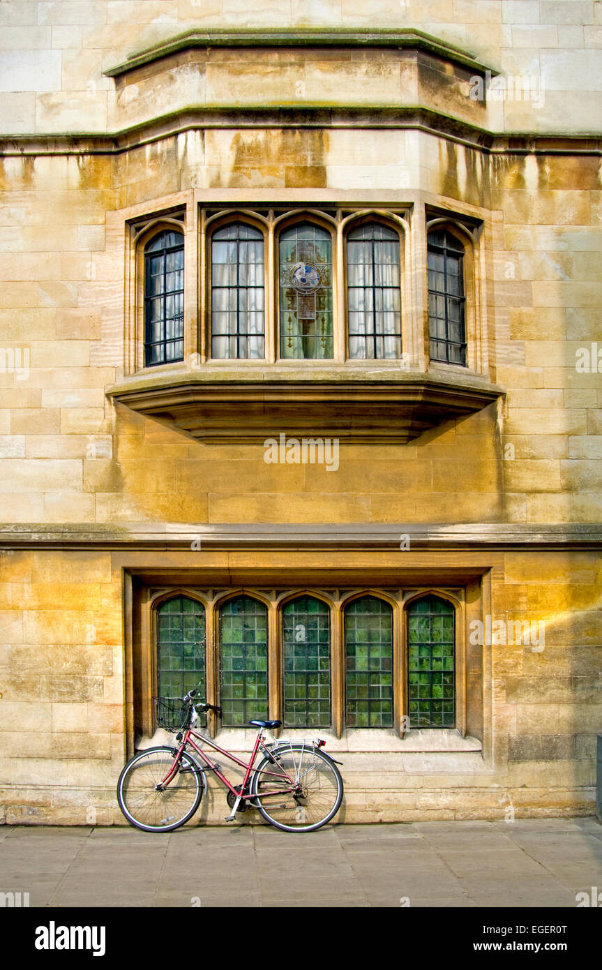 Cambridge, England, UK. Bicycle leaning against wall in Christs Lane Stock Photo