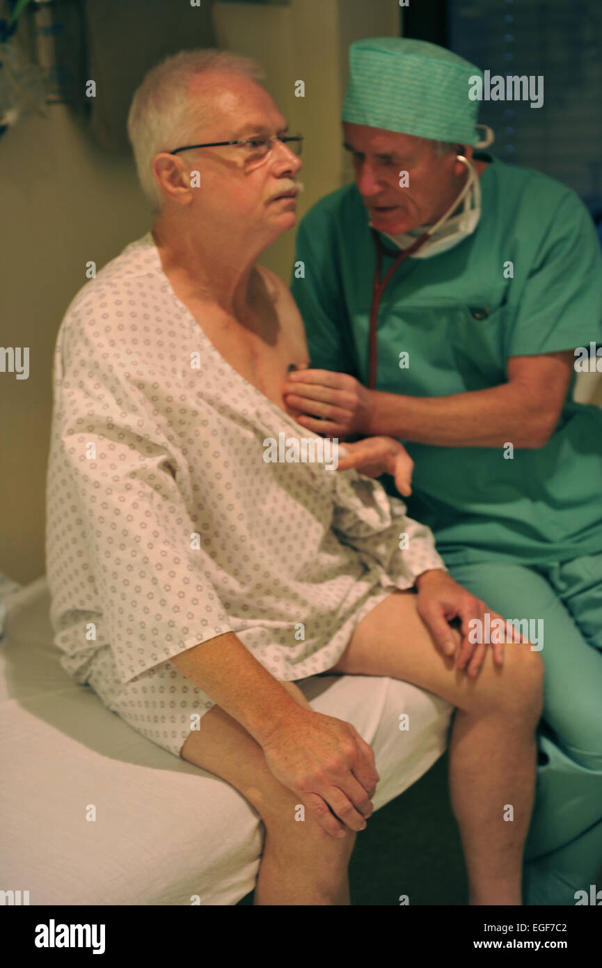 Diagnosis and treatment of endemic disease osteoarthritis put orthopedists and surgeons, as here in a surgical specialist - Stock Image