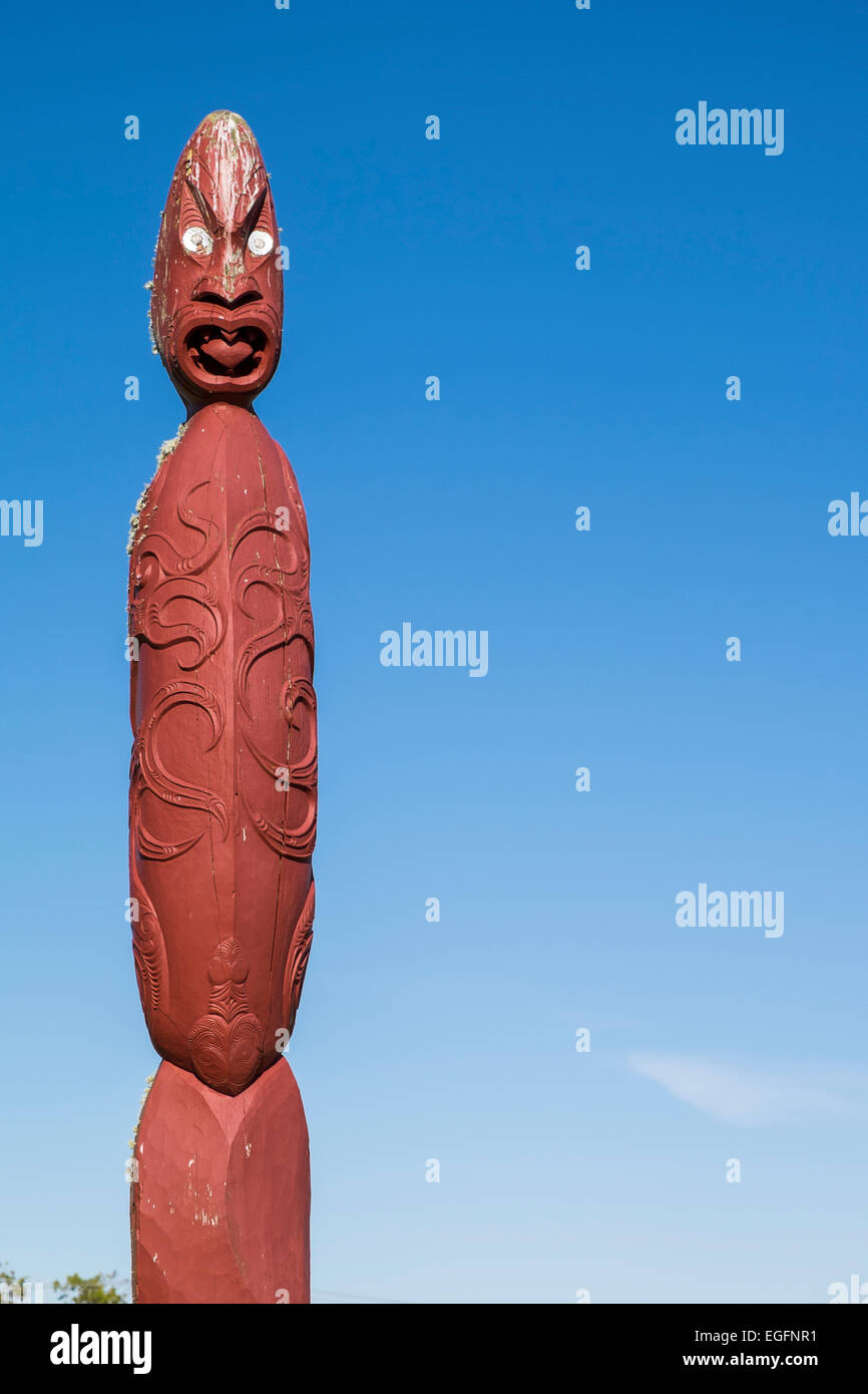 Maori totem poles at Te tiriti Waitangi in Northlands New Zealand. - Stock Image