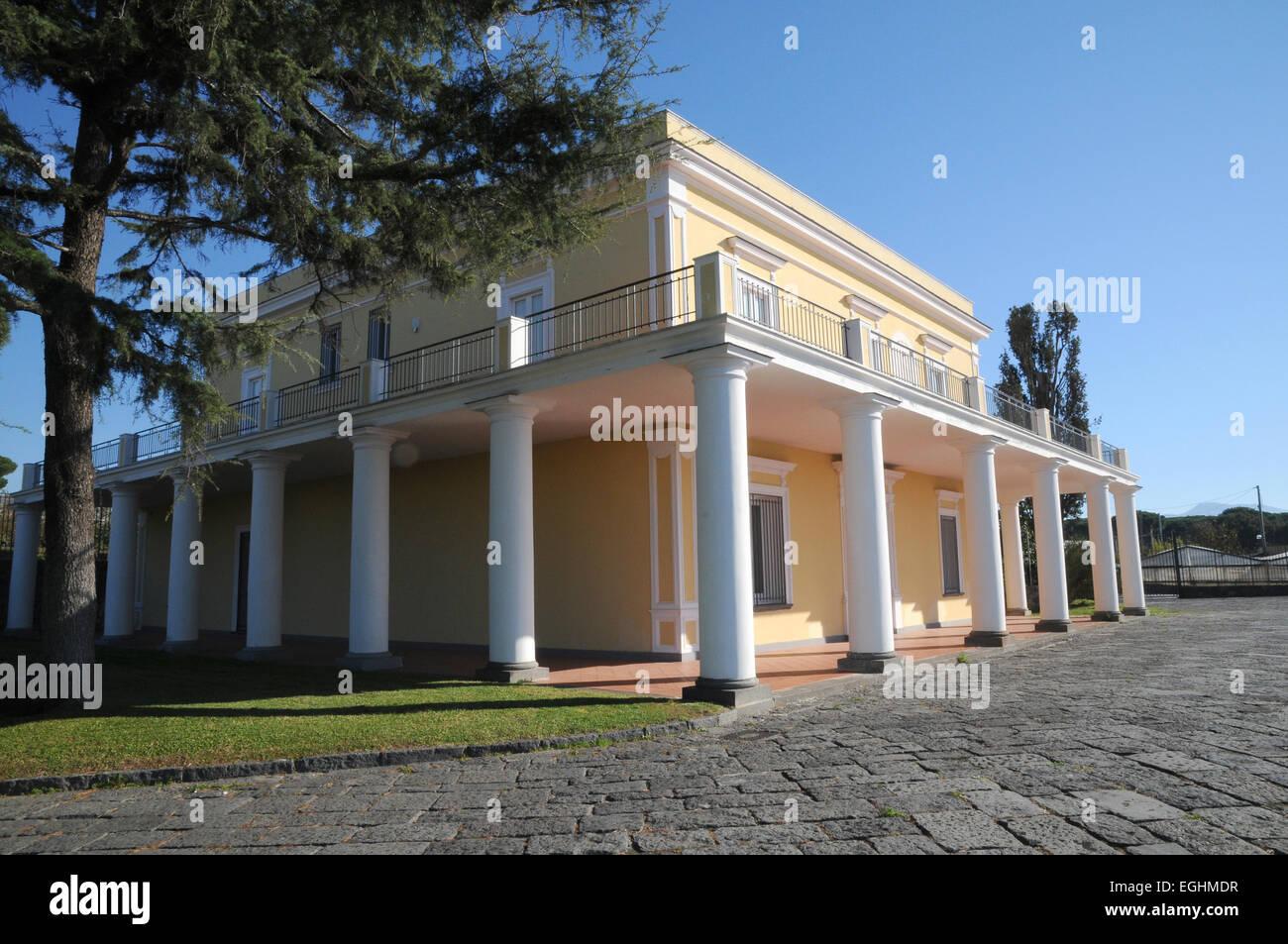 Villa delle ginestre giacomo leopardi torre del greco for Case neoclassiche