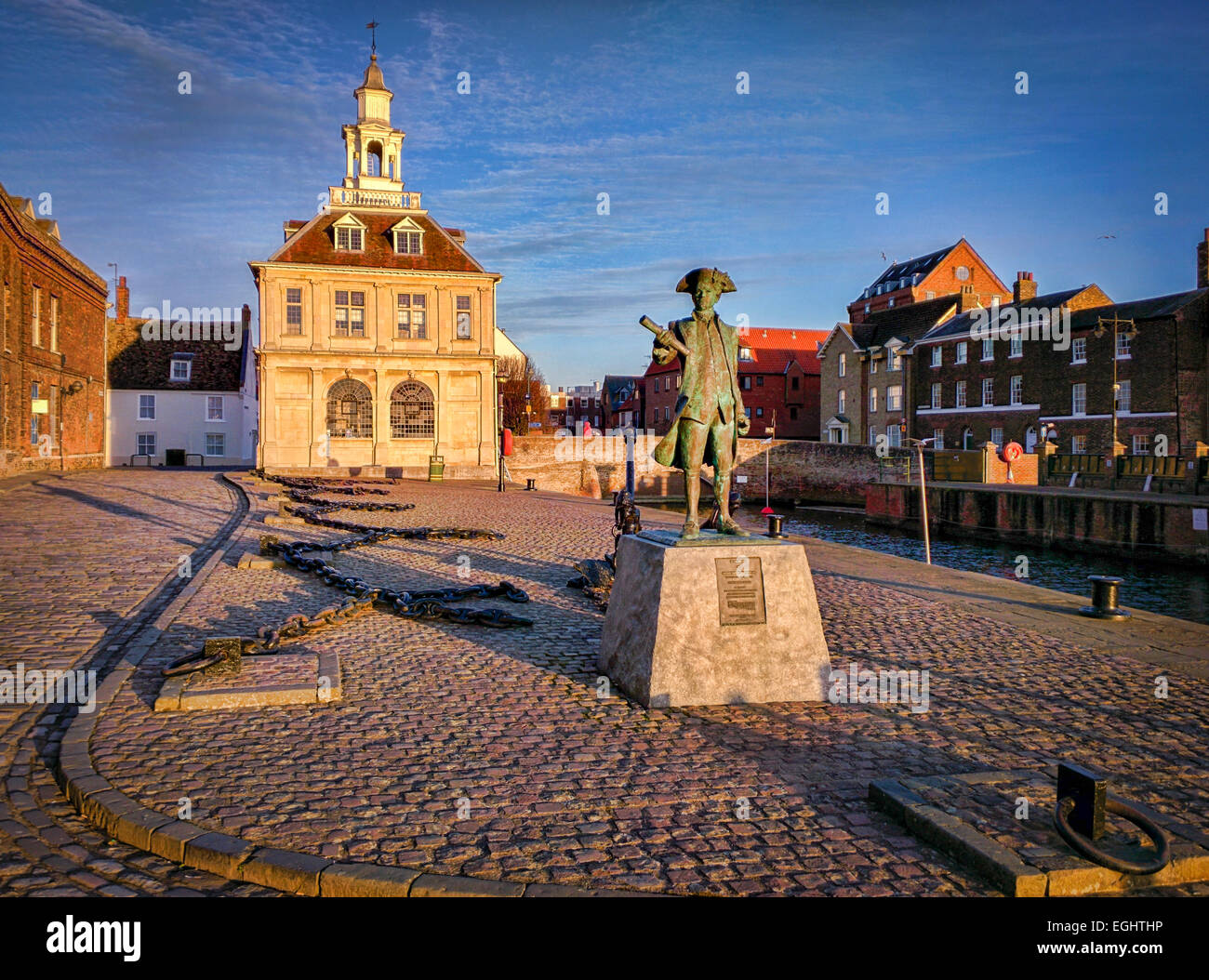 Purfleet Quay, King's Lynn, Norfolk, with the Custome House and statue of Captain George Vancouver, whose expedition - Stock Image