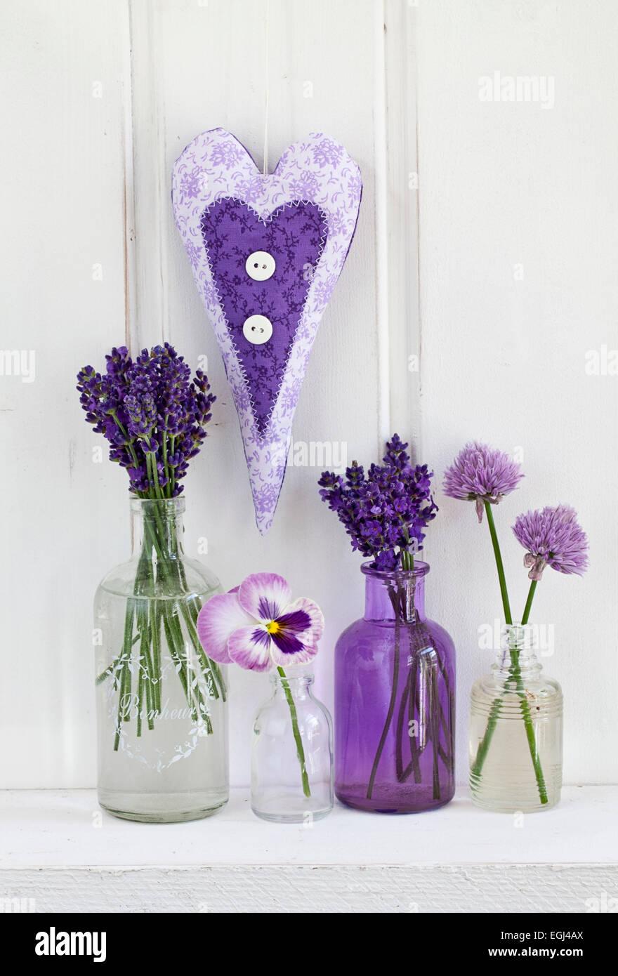 Lavendel, Blüten, Stiefmütterchen, Schnittlauchblüten, Herz Stock Photo