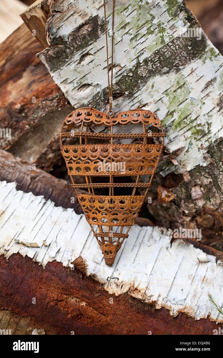 Metallherz auf Birkenholz - Stock Image