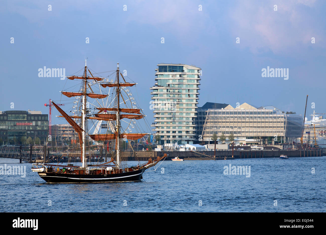 Historic sailing ship in front of esidential Marco Polo Tower and Unilever-Haus office building, Behnisch and Partner - Stock Image