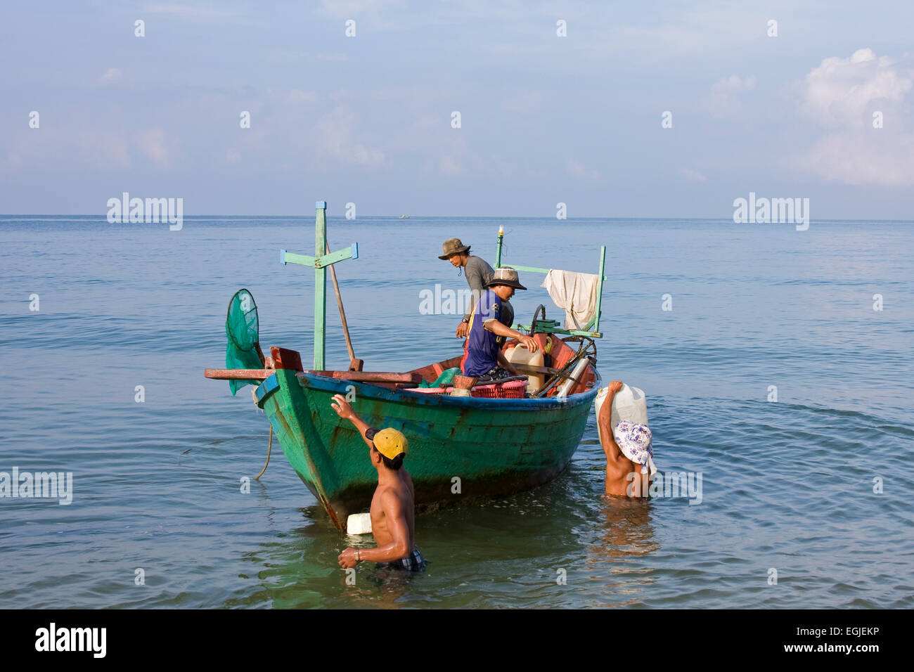 Brings his A fisherman corresponding composite network to fishing from the sea, in, Phu Quoc, Vietnam - Stock Image