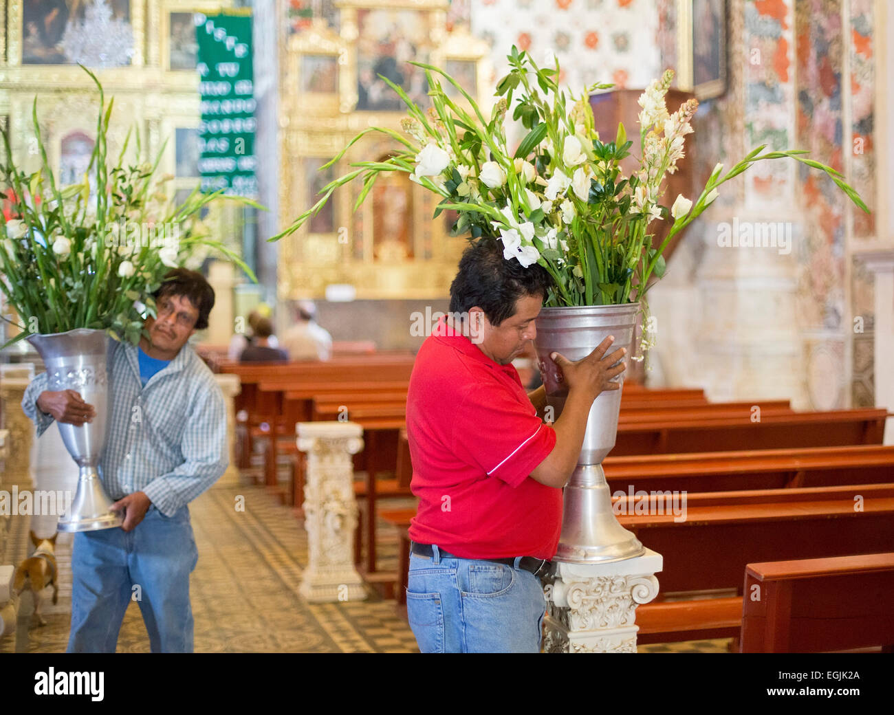 Tlacochahuaya Oaxaca Mexico Workers Place Flowers For A Funeral