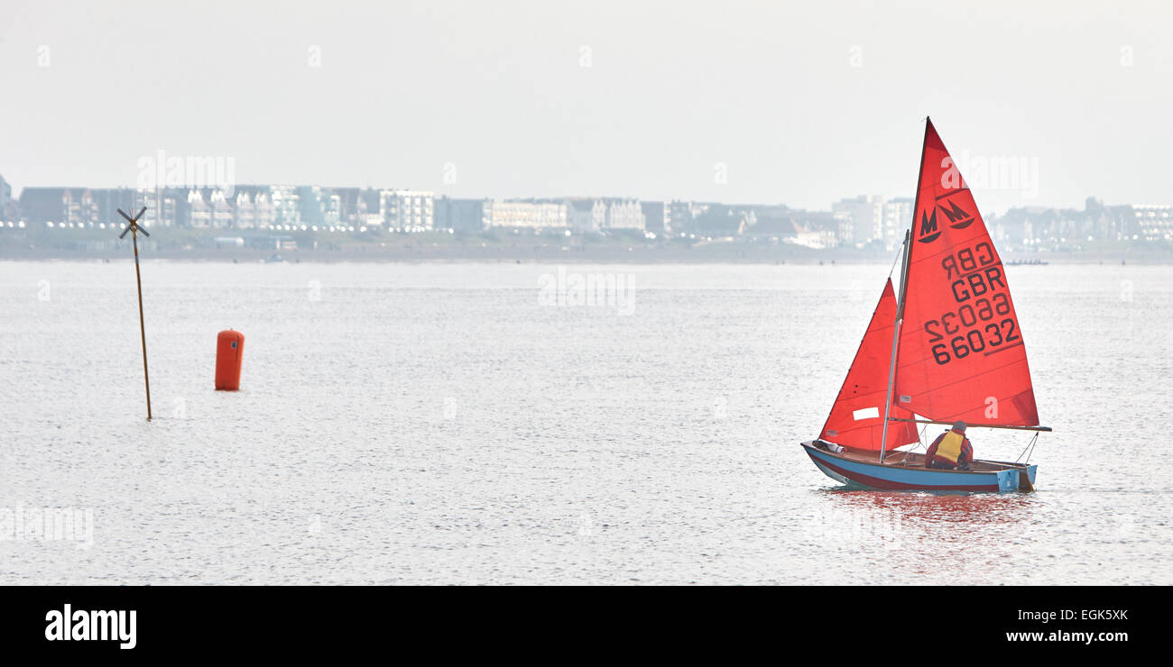 Sailing boat with red sail on the Solent near Hill Head - Stock Image